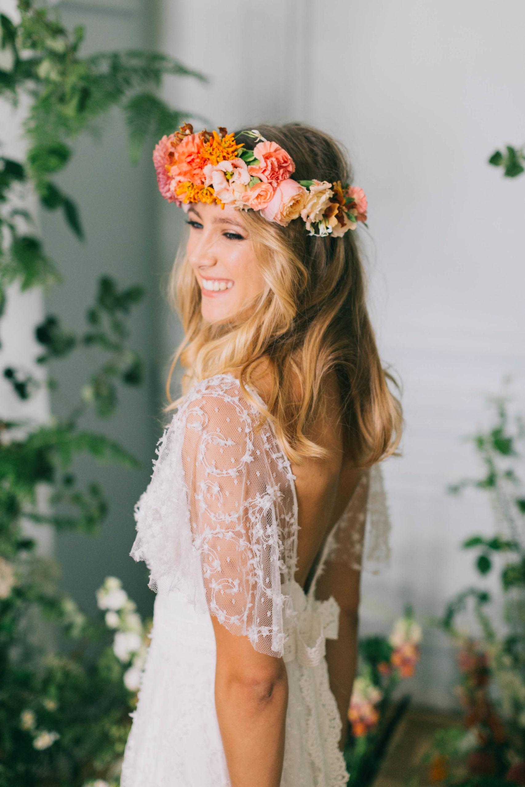 Mariée avec une couronne de fleurs fraîches.
