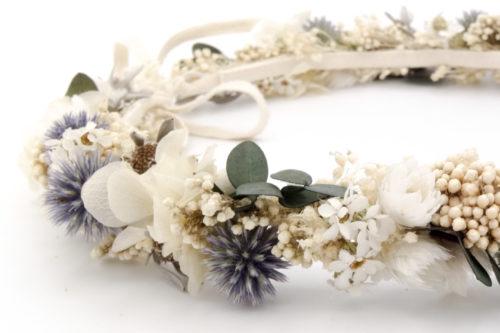 Miss Acacia - Détails d'une couronne en fleurs stabilisées bleu et blanche