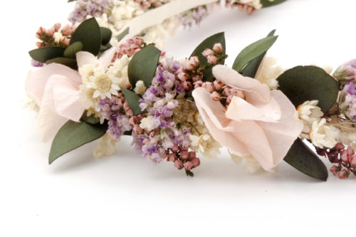 Miss Acacia - Détails d'une couronne en fleurs stabilisées